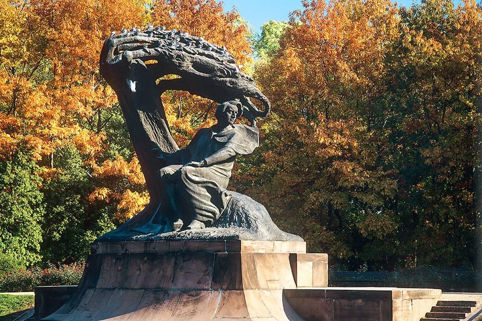 Chopinin patsas Lazienkin puistossa
