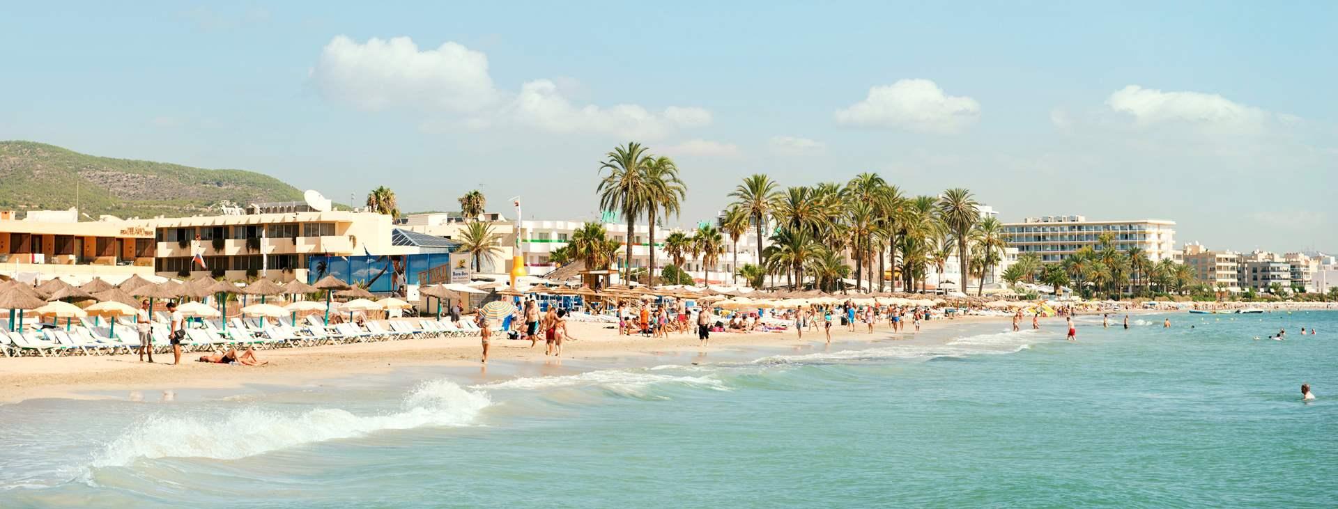 Lähde rentouttavalle lomalle Playa d´en Bossaan, Ibizalle