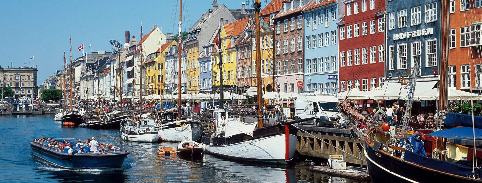 Kööpenhaminan satamalaiturialueella terassit ovat kesäisin täynnä ihmisiä