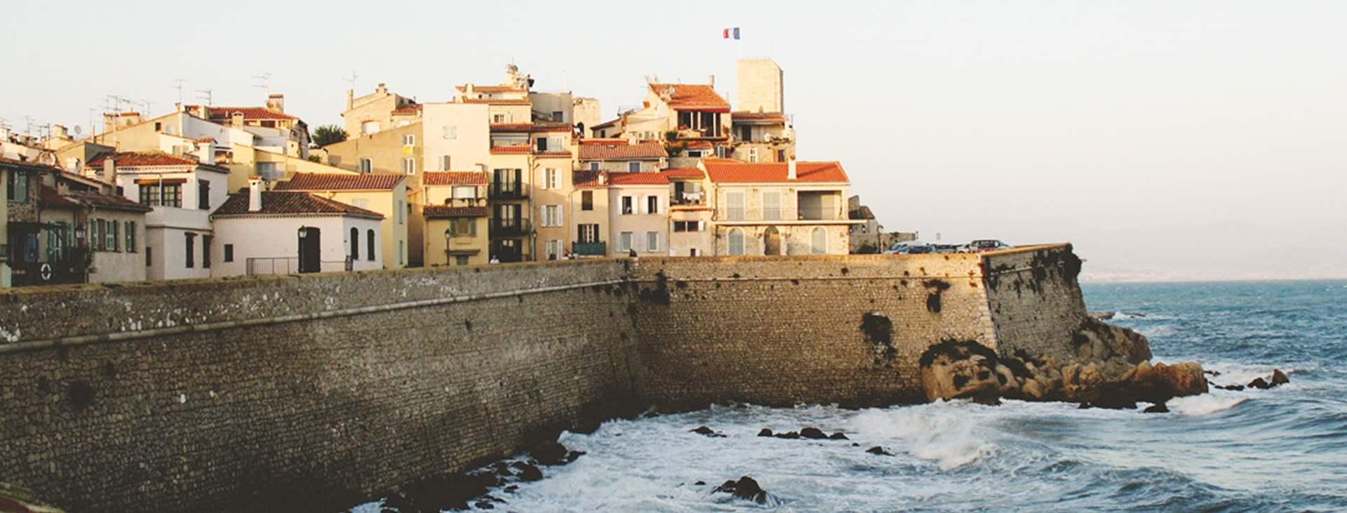 Juan les Pins ja Antibes ovat kaksi perinteistä lomakohdetta
